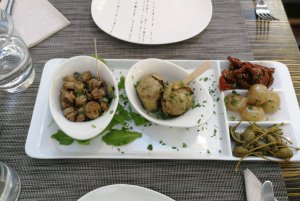 Kapern, Oliven, getrocknete Tomaten, etc. - ein perfekter Aperitivo